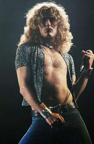 !Robert Plant of Led Zeppelin. Classic, cool, and a living rock legend! Tan sensual.... compartió mi adolescencia y ahora mi adultez.