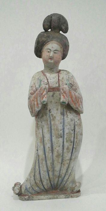 Dikke dame in terracotta met TL testcertificaat - 53 cm.  Mooie dikke dame in terracotta. Ze heeft de extravagante kapsel zoals alle courtisanes deed. Haar handen zijn verborgen in haar grote mouwen. Haar mooie gezicht is zeerexpressief en ze heeft rouge op haar wangen. Ze draagt een lange geplooide jurk. Enkele overblijfselen van polychromie zijn nog zichtbaar. Ze heeft op haar rechter voet een lotus bloem schoen.De Fat Lady is een courtisane in een stijl die modieus in de 18e eeuw werd…