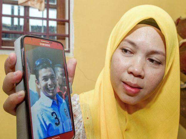 4 tahun menunggu lelaki yang ditikam mati teman lelaki adik tak sempat timang anak sulung   Hasrat seorang kakitangan Jabatan Pengangkutan Jalan (JPJ) Mohd Shukri Hussin 34 untuk menimang cahaya mata sulungnya tidak kesampaian apabila beliau maut ditikam bakal adik iparnya di Kuala Terengganu hari ini.  Isterinya Noriah Lah 34 kini sarat mengandung dan dijangka bersalin bulan depan.  4 tahun menunggu lelaki yang ditikam mati teman lelaki adik tak sempat timang anak sulung  Baca:Lelaki…