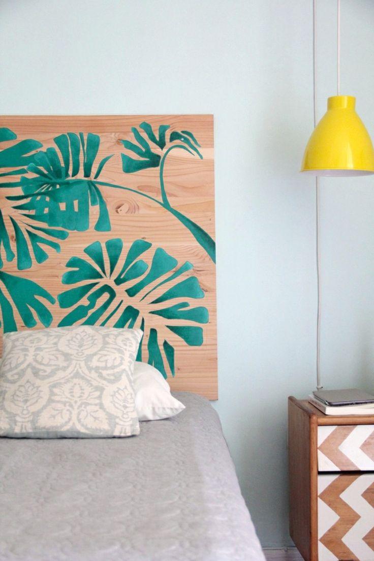 tabla de madera pintada con motivos vegetales