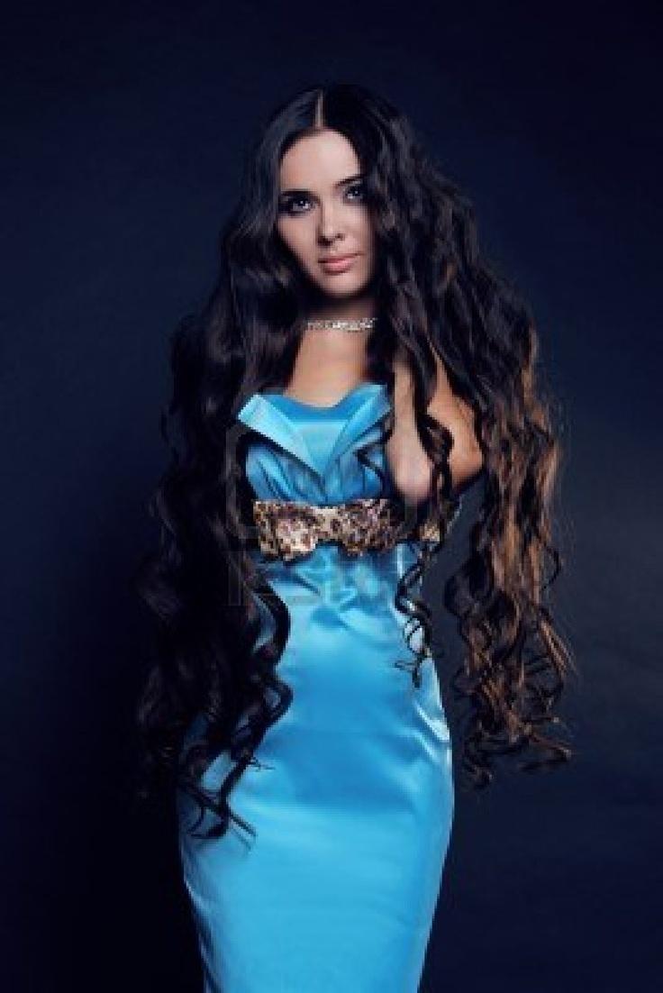 Giovane ragazza bruna, bella donna con magnifici capelli lunghi Archivio Fotografico