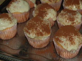Tiramisu muffin recept: Szeretem a muffinokat, de páromnak mindig külön kérése, hogy valamivel töltve legyen. Tiramisu pedig külön kedvenc, így ez a két édesség lett ötvözve. Nem az a tipikus tiramisu krém, de ízre így is tökéletes. http://aprosef.hu/tiramisu_muffin_recept