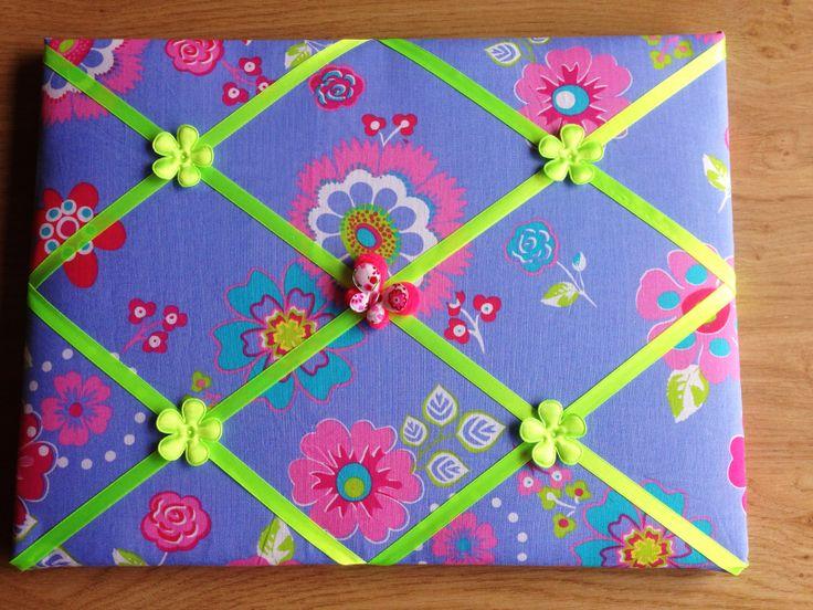 Lintbord memobord in lia met limegroene kleuren. Afgewerkt met satijnen bloemen linten en een satijnen vlinder.