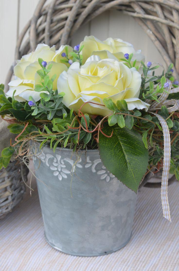 plecháček+Plechový+květináč+je+vytvořen+z+umělých+květin+(výška:22+cm,+šířka:+26+cm)