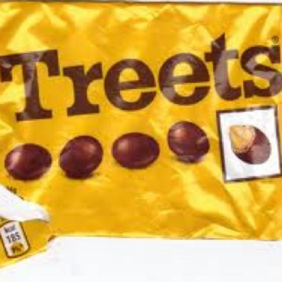 Treets. De snoepjes kwamen in Nederland in begin jaren 60 als Treets (met pinda's) en Bonitos (zonder pindas) op de markt, maar in 1983 werden deze namen gewijzigd in respectievelijk 'M's Pinda' en 'M's Choco'.Nu heten ze M&M's