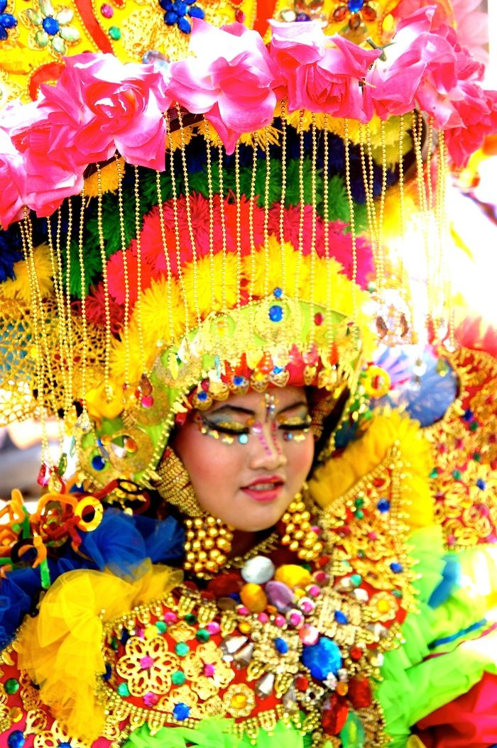 Glamored Up Betawi: Vibrant colors from Betawi themed costumes were giving the Grand Carnival a boost of spirit in the very hot day. (Photo by Icha Rahmanti)