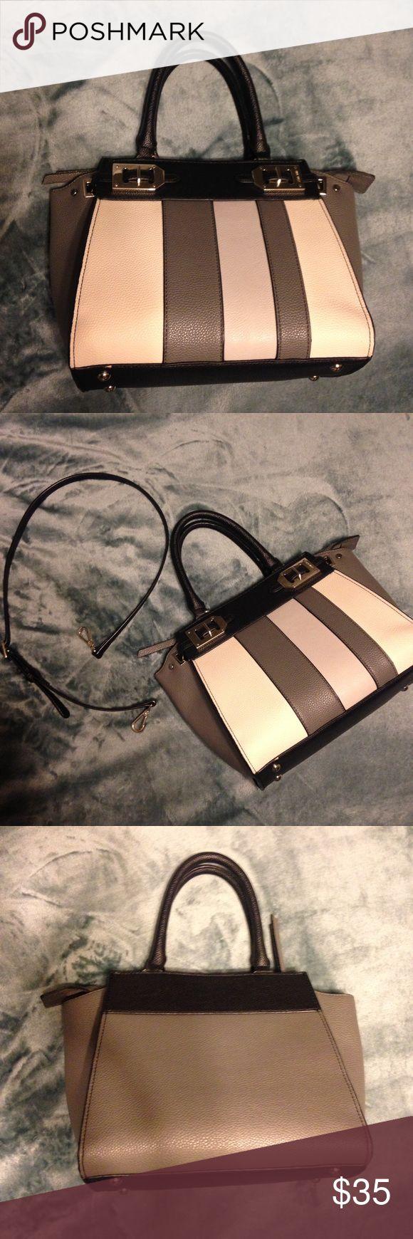 Nine West purse Nine West purse. It has a detachable strap. Excellent condition! Nine West Bags Shoulder Bags
