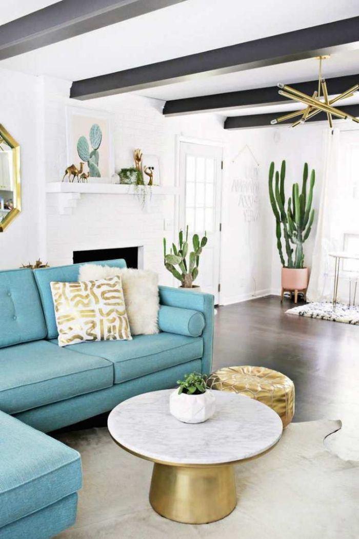 weiße wände, blaues sofa, große kakteen, goldene dekoartikel ...