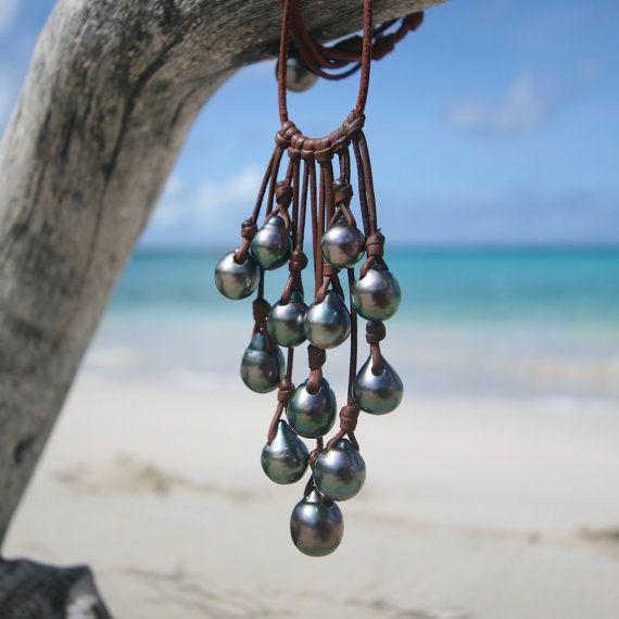 Collier perles de Tahiti et cuir. Perle noires de Tahiti en grappe montées sur cuir. Bijou en cuir. perle de culture, ile de St Barthelemy.