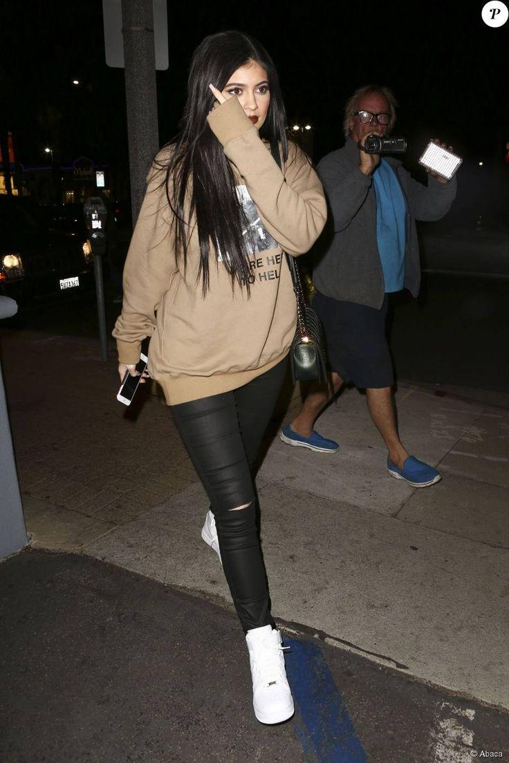 Kendall et Kylie Jenner quittent le Menchie's Frozen Yogurt à Tarzana. Los Angeles, le 4 novembre 2015.