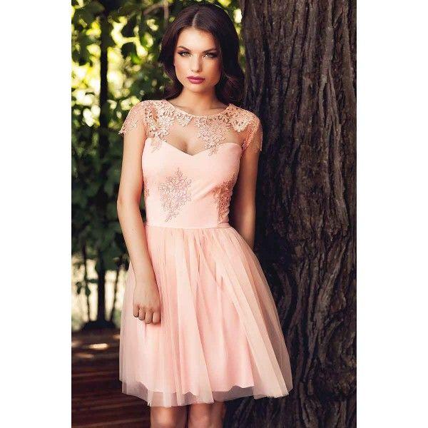 Rochie eleganta scurta din tul somon  Pentru acele momente in care iti doresti sa stralucesti la evenimentele speciale, ti-am pregatit o rochie de ocazie scurta superba. Confectionata din dantela si tul in tonuri neutre si feminine de somon, rochia de ocazie scurta iti confera o eleganta aparte, a