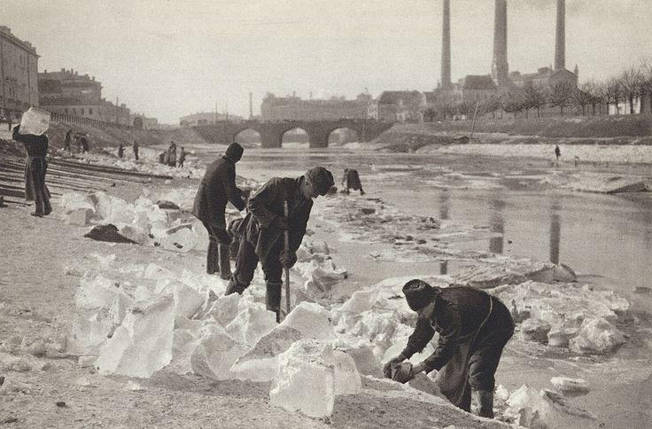 Колка льда на Москва-реке