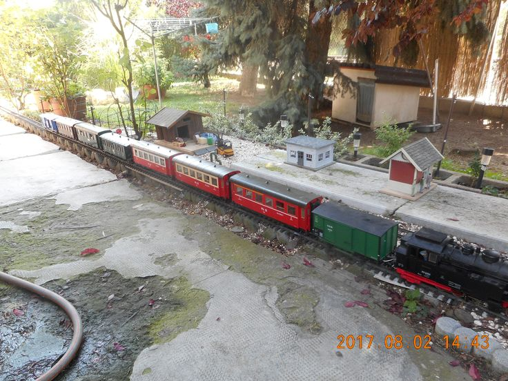 R.K.V.t.  Egy méretes vonat egy hosszú egyenesben.