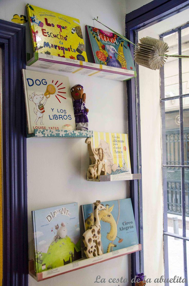 Expositor de cuentos. Librería Mujeres & Cía., Madrid. www.lacestadelaabuelita.com