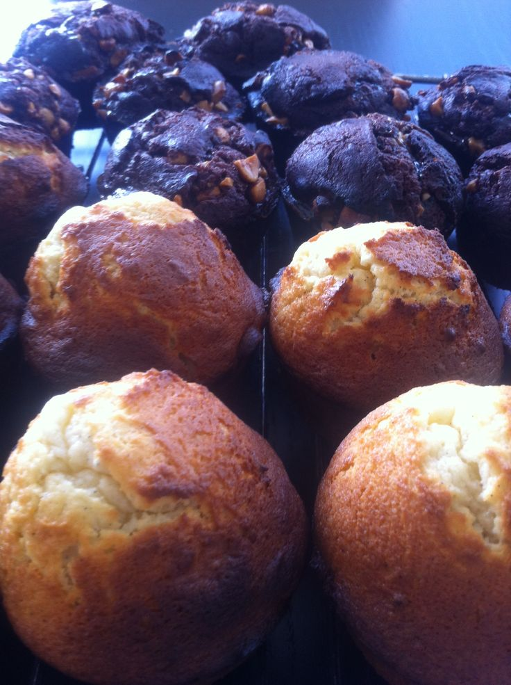 Peanut/caramel/chokolade cupcakes and lemon/vanilla cupcakes waiting for their merengue frosting