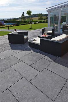 Bradstone®-Yorktown - Wie von Hand gearbeitet. Die feine Oberflächenstruktur der Bradstone-Yorktown Terrassenplatten wirken wie vom Steinmetz gespaltene Natursteinplatten. Die klassisch-edle Oberfläche ist dem englischen Naturstein Blue Lias abgeschaut.