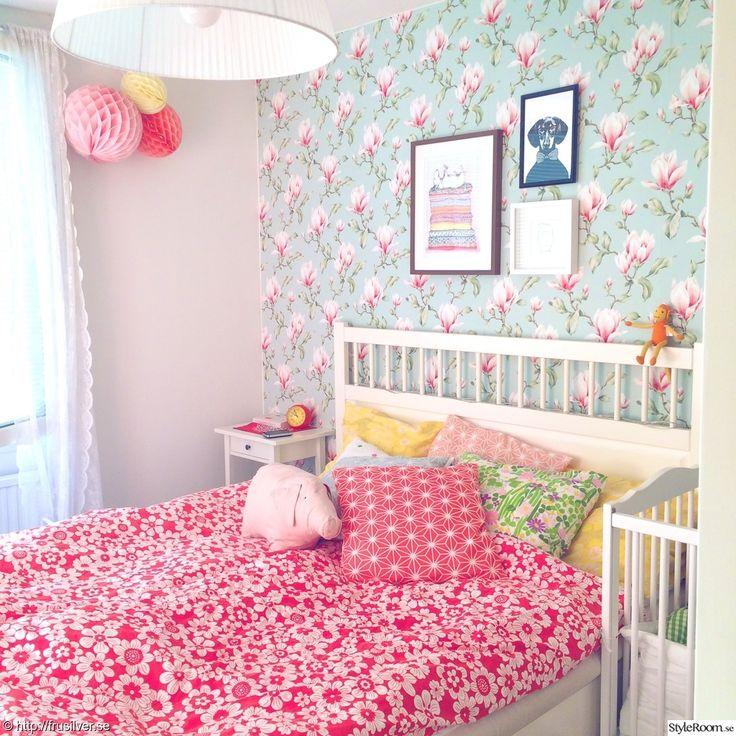 sovrum,säng,färgglatt,färg,retro,blommig tapet,blommigt,kuddar,tavlor,sängbord