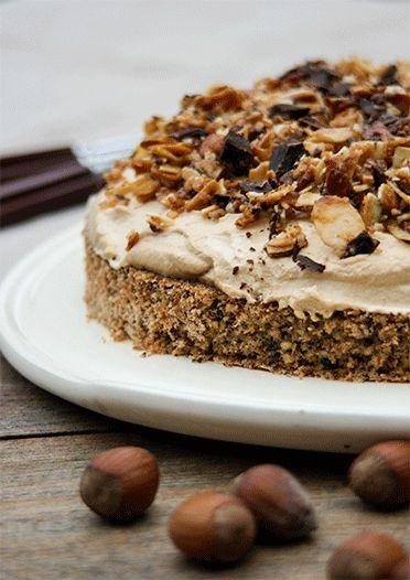 Unfassbar lecker und schnell gemacht! Nussboden mit Schokostückchen, Kaffesahne und als Topping karamellisierte Mandeln.