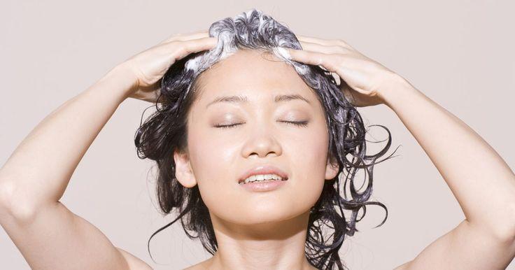 Cuándo lavar el pelo después de haberlo teñido. Dicen que el tiempo es todo, y esto es verdad cuando se trata de lavar el cabello después de teñirlo. A veces lo tienes que hacer por más que no quieras, pero otras veces es mejor un poco de abstinencia al jabón. Se cuidadosa con la tintura lavando el pelo con un buen champú para pelos teñidos.