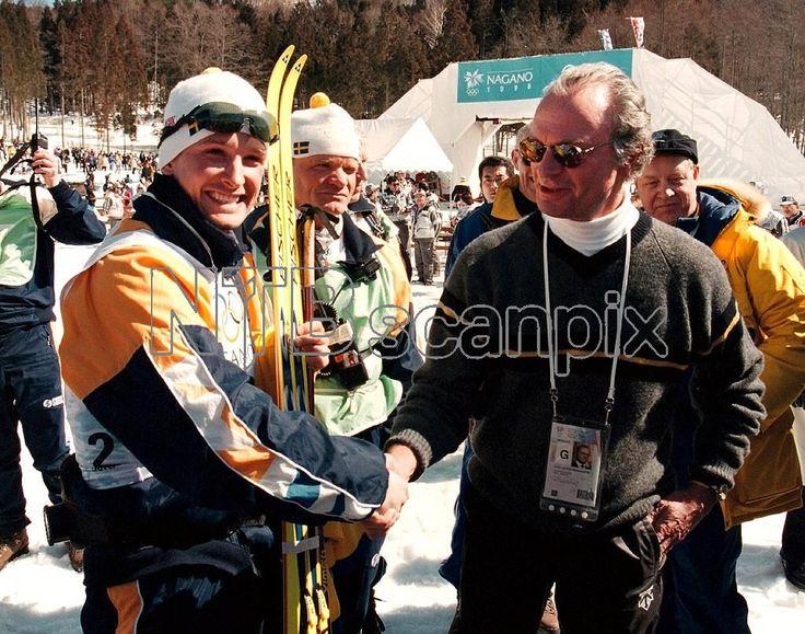 ©SCANPIX SWEDEN, 1998-02-22. Vinter-OS i Nagano, 1998. Bilden: Sveriges Niklas Jonsson (t.v.) tog ett överraskande silver på herrarnas femmil, bara åtta sekunder efter segrande Björn Daehlie, Norge. Kung Carl XVI Gustaf var mycket glad åt den svenska framgången. Kungen skakar hand och gratulerar till framgången. Foto: Ulf Palm/SCANPIX Code: 50040