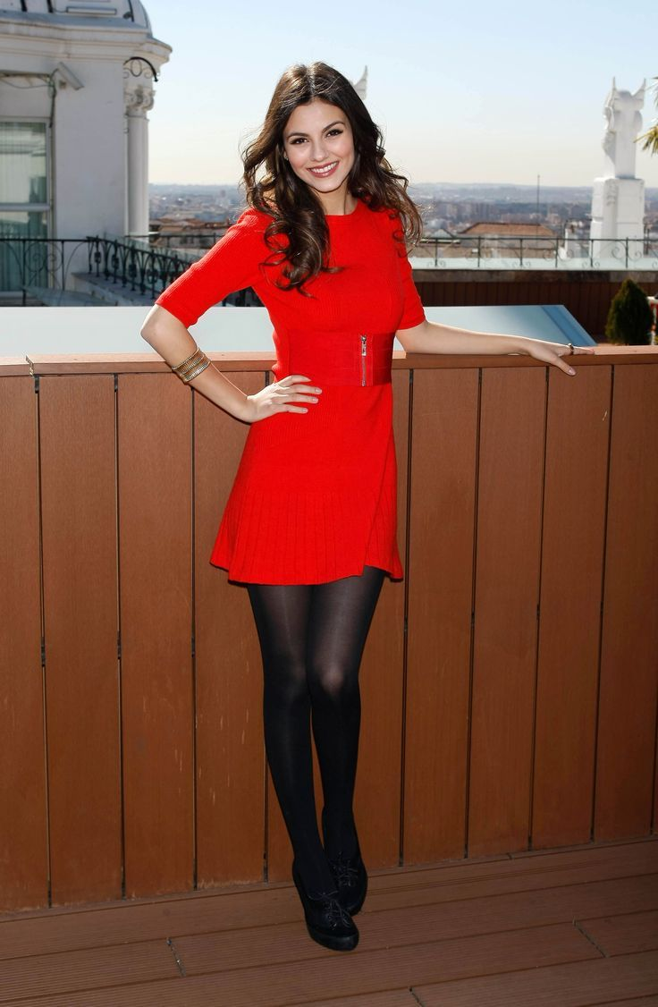 victoria justice trägt ein schönes rotes kleid und eine