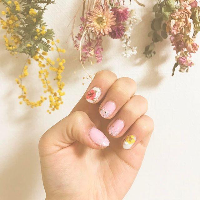 セリアの押し花のパーツ可愛い( ˶ˆ꒳ˆ˵ )❁ * * * #selfnail#セルフネイル#押し花ネイル#フラワーネイル#ホログラムネイル#キラキラネイル#セリア#ドライフラワー#かわいい#🌸