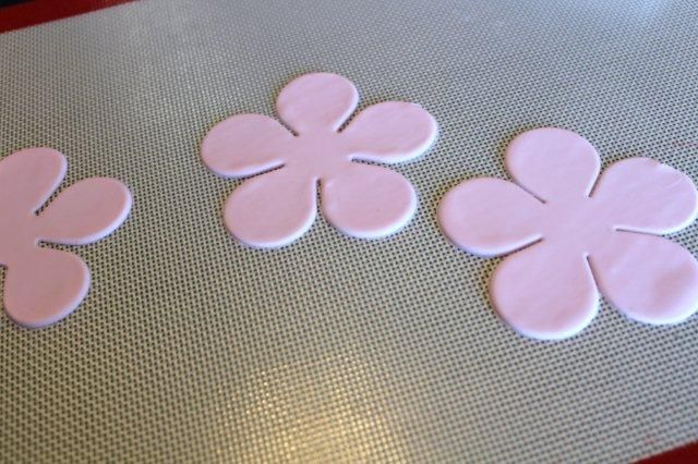 Flower-Shaped Gum Paste on Mat - on Craftsy