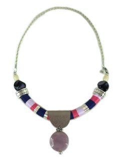 Colar com fios de croché e metal prateado.Cabedal e conta de vidro lilás.   Crochet threads necklace with silvery metal.  Leather and purple glass bead.