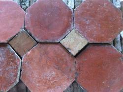 Lascombes Matériaux Anciens, expert en Tomettes anciennes, Cheminées, Pavés de rue et autres matériaux - Notre panel de tomettes et carreaux anciens - Tomettes à cabochons