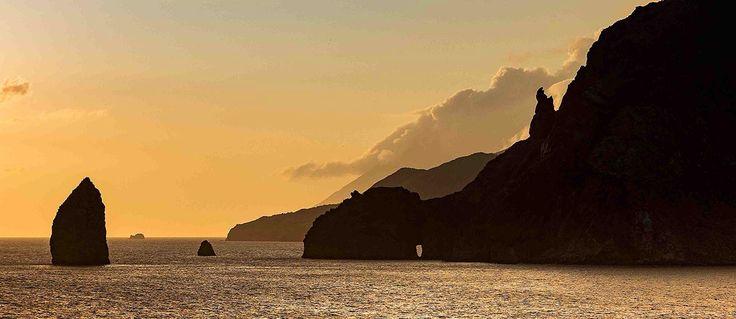 L'isola di Vulcano, la più meridionale nell'arcipelago delle Eolie, prende il suo attuale nome dal dio romano Volcanus. Non ha mai smesso la sua attività...