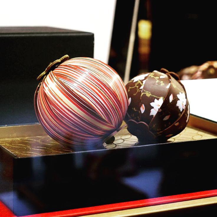 """・ 9月1日にホテル雅叙園東京内にオープンした、PATISSERIE「栞杏1928」に❣️ ・ 突然今年のバレンタインンにTVでその""""断面の美しさ""""をご紹介することになった「手毬チョコ」に再会🍫 現在は通年で販売されているそうで、まず組み紐模様や花柄など華やかなビジュアルにうっとり💕 大きな手毬はヘーゼルナッツの風味、小さな手毬は抹茶ガナッシュの中に桜の葉の風味がふんわりと香ります🍵 手毬を載せた金色の板までチョコレートという贅沢さなんですよ✨ ・ 「天井画ショコラ」は、竹林の間の天井や欄間を飾る数々の日本画をショコラで再現🍫 細かなデザインや色合いを再現するために、転写シートを何度も作り直されたそう。 ほうじ茶、紫蘇、ライチローズ、トロピカルペッパー、山椒というフレーバーも魅力的です♡ ・ 来年のバレンタインにも人気を博すこと間違いなしですね❤️ ・ #雅叙園 #栞杏 #lien #創業90周年 #生野剛哉シェフ #patissier #天井画 #手毬 #ショコラ #チョコレート #chocolat #chocolate #バレンタイン #valentine…"""