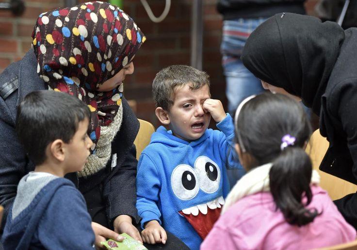 06.09 Des milliers de migrants, dont ce petit garçon en larmes, en provenance de Hongrie ont été chaleureusement accueillis par la population allemande.Photo: AP/Martin Meissner