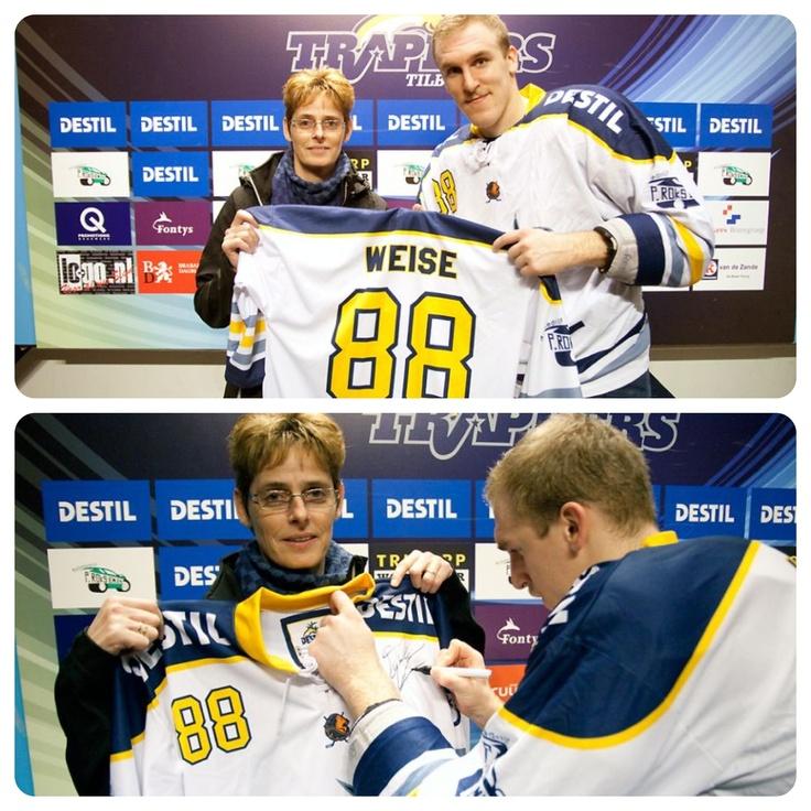 Na de game van gisteren, kreeg de winnaar van de loterij haar shirt uit handen van Dale Weise zelf. Natuurlijk werd het shirt meteen voorzien van zijn handtekening!
