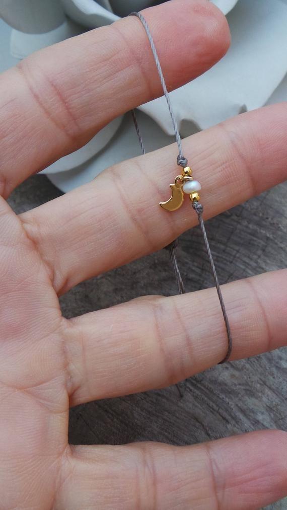 Kleinen Mond Armband. Kleine Perlen Armband. Charm Armband. Minimalist Armband. Brautjungferngeschenk. Perle und Halbmond Armband. Gold Fill Armband