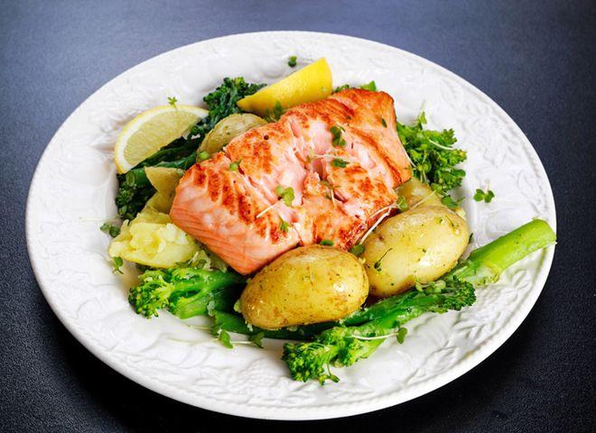 Думаем, вы согласитесь с мнением, что рыбка с картошкой – это всегда неизменно вкусно, быстро и просто. А тем более, если взять благородные сорта красной рыбки и запечь ее с молодой картошкой в духовке, а затем еще и подать под пикантным горчичным соусом. Просто пальчики оближешь! Нежное сочное и необыкновенно вкусное филе лосося прекрасно гармонирует …