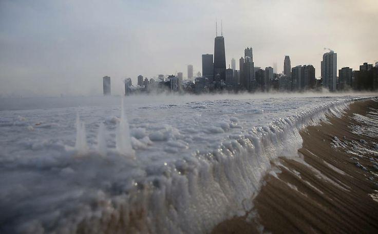 Margem do lago Michigan fica congelada após temperatura atingir -26ºC; EUA enfrentam frio mais intenso em 20 anos