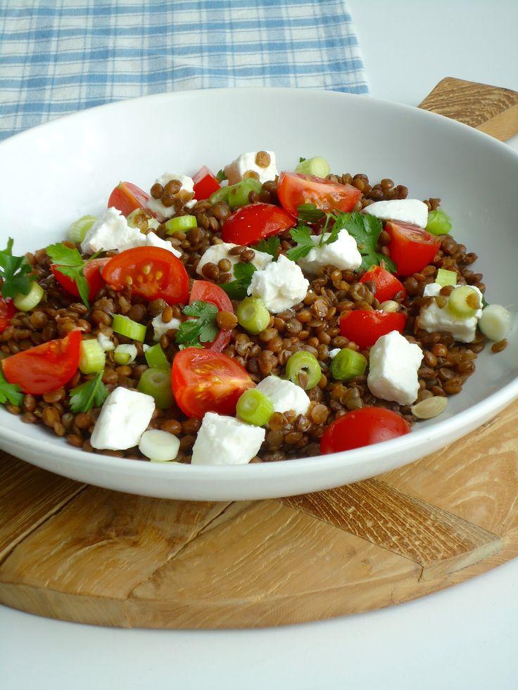 Linzen salade met tomaten en geitenkaas