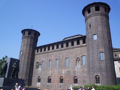 Le château (XIV s.) des Acaja qui domine la Piazza Castello, côté est, donnant sur la Via Pô.