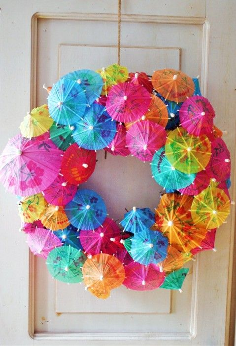 "This is so simple, it's a Styrofoam wreath from any craft store. Start by filling in all the edges inside & out. Then fill ""the front"" with different sizes at different heights. Enjoy everyone!: Wreaths Idea, Feathers Boa, Summer Wreaths, Front Doors, Summer Party, Cocktails Party, Pools Party, Luau Party, Umbrellas Wreaths"