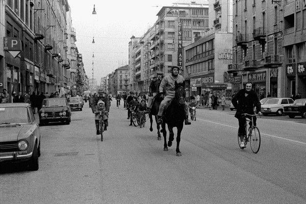 austerity-1973_1974 -italia-L'austerity è stato un periodo a cavallo tra il 1973 ed il 1974, in cui fu imposto dal governo italiano un risparmio obbligatorio dell'energia, a causa dello choc petrolifero (aumento repentino del prezzo del greggio nel 1973), conseguito ad alcuni fattori politico-economici: