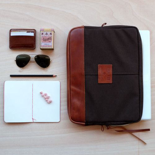 (ENG) - Starting the week with the right tools is something essential. Apart from Alvados wallet, where we take all cards, sunglasses, Leone candy with cinnamon flavour, a Grafolita notebook, a pencil and Fórnea laptop case are some of the basics that we carry with us. The case is a comfortable second skin to carry a laptop. The cushioned interior lining gives an extra protection to your device. The handle makes the transport easier and improves the security. //(PT) - Começar a semana com as…