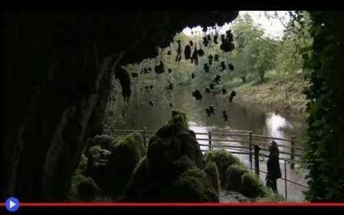 La grotta di una strega che pietrifica le cose Alle soglie del 1500, durante il regno di Enrico VIII, l'Inghilterra era un luogo pragmatico e indipendente, dove la superstizione iniziava a lasciare il passo a una diversa visione delle cose e dell #storia #mitologia #leggende #caverne