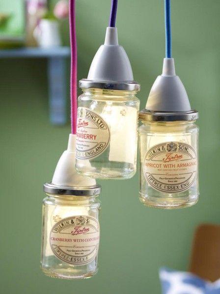 Es werde Licht! Alte Marmeladen- oder Einmachgläser nicht wegwerfen. Wir hauchen ihnen neues Leben ein und verwandeln sie in eine Lampe.