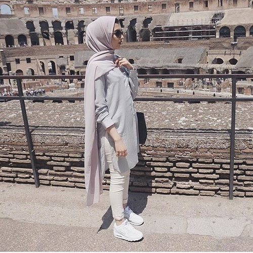Pinterest: @eighthhorcruxx. Cream jeans, grey tunic, pale pink hijab and white trainers.