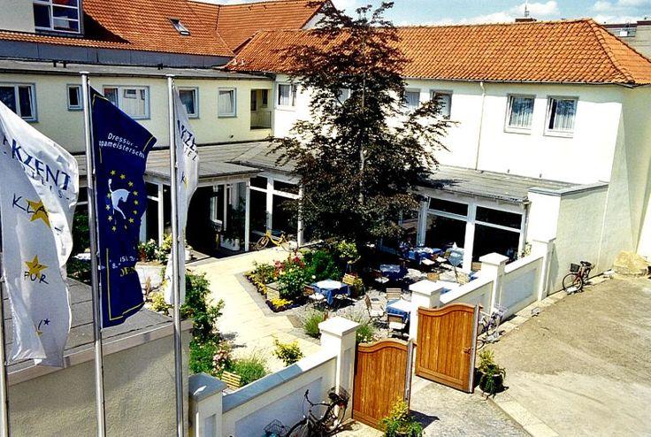 Das 4-Sterne-Hotel bietet Ihnen 62 geschmackvoll und komfortabel eingerichtete Zimmer und Suiten, kinderfreundliche Einrichtungen, Restaurant, Bar, 4 Konferenzräume und einen Schwimmbad- und Saunabereich.