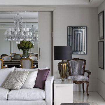 Sala de estar com cadeira Luís XV