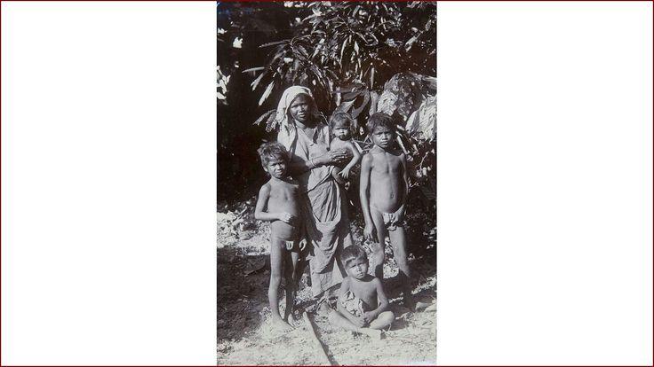 Portret van een Hindoestaanse vrouw van Brits-Indische afkomst met haar kinderen....ca 1915-1930