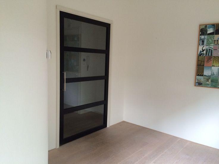 #Stalen, strakke, #moderne deur in een #houten kozijn met onzichtbare scharnieren en magneetsloten.Tevens te bewonderen in de showroom.
