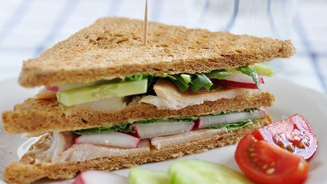 Sandwich met komkommer-roomkaassalade en gerookte forel - recept | 24Kitchen