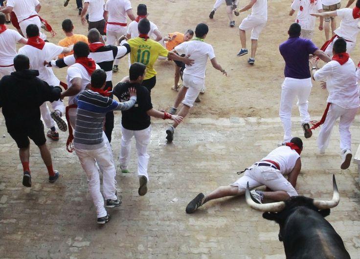 Si è chiusa tragicamente la festa di San Firmino 2013, a Pamplona. Dopo  gli incidenti dei giorni scorsi, l'ultimo 'encierro' - la corsa di tori  - è stato molto veloce e drammatico. Cinque persone ferite tra cui una  donna australiana incornata, in gravi condizioni. E' stata  immediat